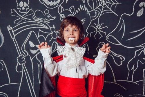 Niño disfrazado de vampiro como el protagonista de uno de los libros infantiles para Halloween.