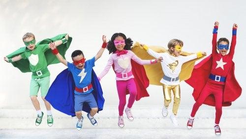 Niños disfrazados de superhéroes.