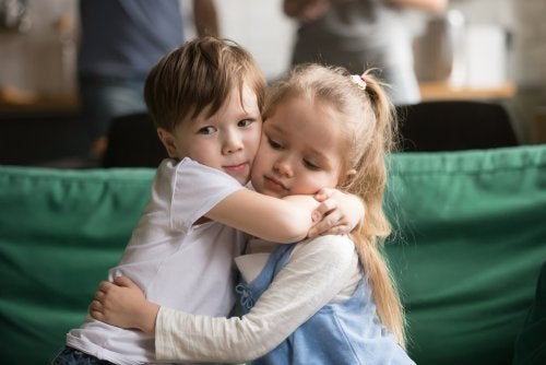 Niños dándose un abrazo debido a su Alta Sensibilidad Infantil.