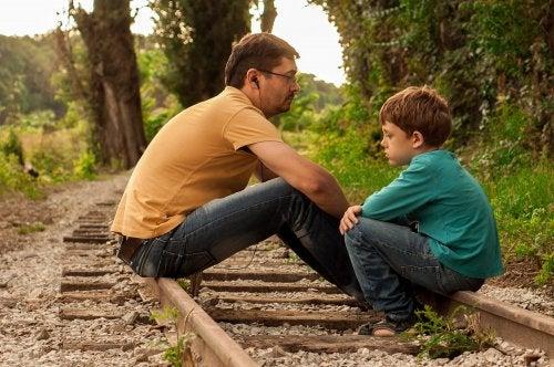 Padre e hijo tristes por la reclamación o impugnación de la filiación presentada en el juzgado.