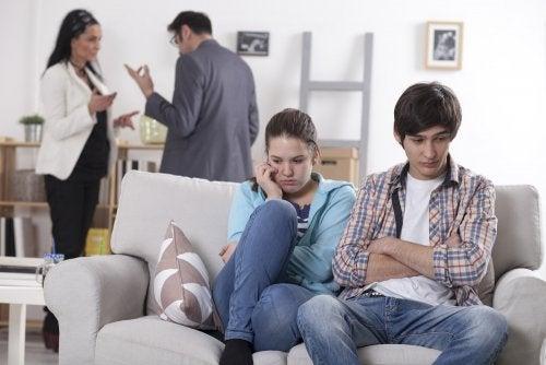 Padres discutiendo sobre el divorcio con sus hijos delante.