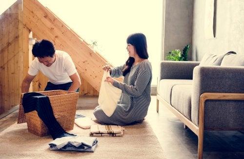 Pareja haciendo las tareas del hogar juntos para rebajar la carga mental de las mujeres.