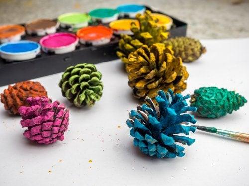 Piñas pintadas, otra de las posibles manualidades para el otoño.