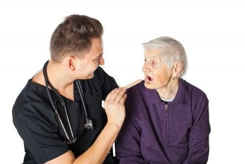 Señora mayor hablando con su curatela.