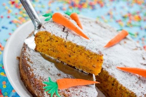 Pastel de zanahoria casero para una fiesta infantil saludable.
