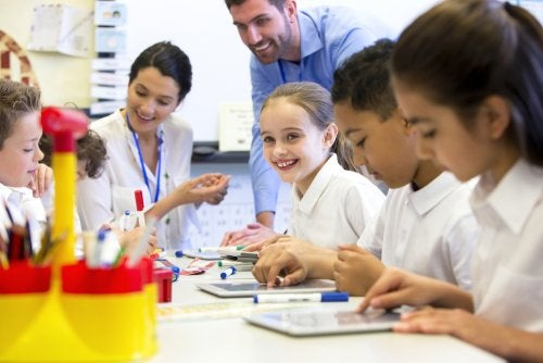 Alumnos con su profesor en clase utilizando una metodología de aprendizaje basado en proyectos.