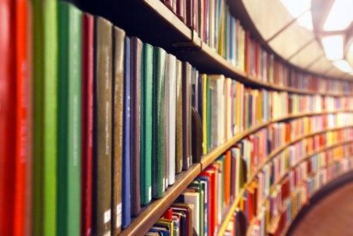 Biblioteca con libros ordenados por colores.