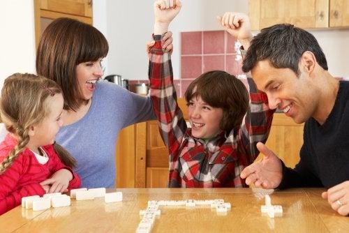 Familia jugando al dominó.