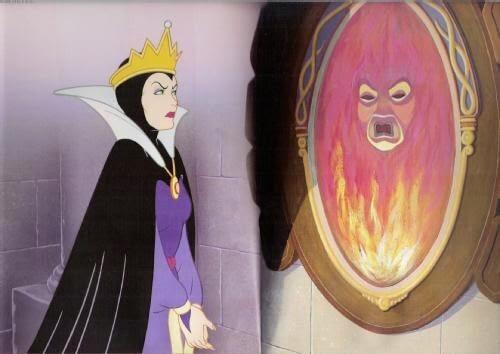 La madrastra de Blancanieves hablando con el espejo mágico.