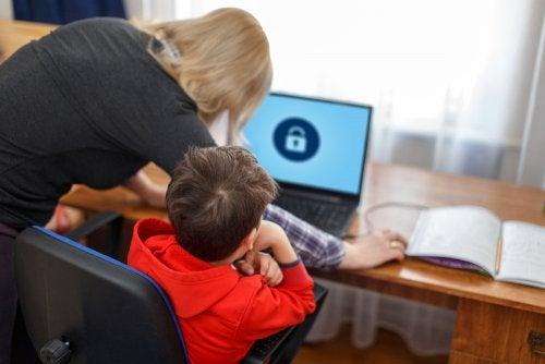 Madre aplicando el control parental en el ordenador de su hijo a la hora de estudiar.