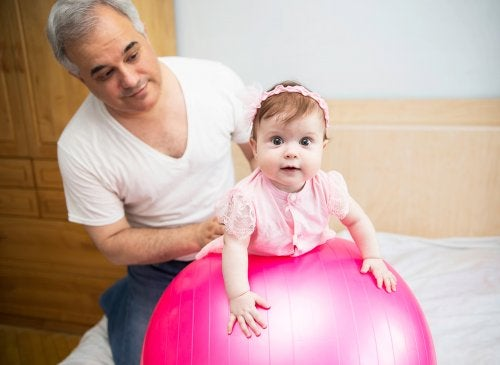 Bebé realizando fisioterapia para los cólicos del lactante.