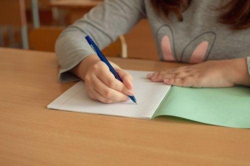Niña haciendo ejercicios de escritura terapéutica.