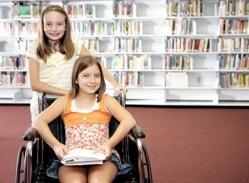 Niña en la biblioteca acompañando a su hermana con discapacidad.