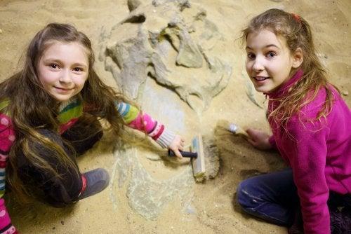 Niñas en Dinópolis, uno de los museos de España que tienes que visitar con tus hijos.