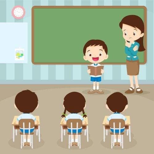 Niño leyendo en clase para el resto de sus compañeros como parte de una de las actividades para fomentar la lectura.