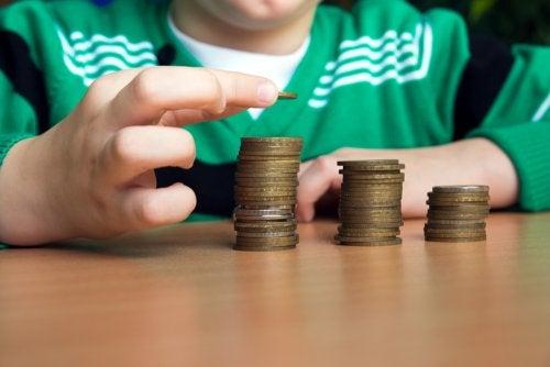 Niño contando el dinero que tiene para aprender a ahorrar.