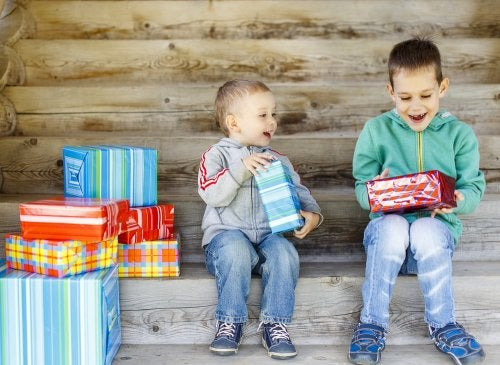 Niños abriendo regalos solidarios en Navidad.