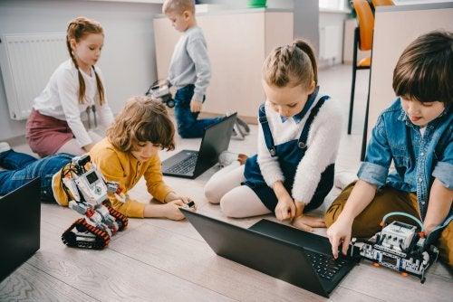 Alumnos en clase llevando a cabo el aprendizaje en entornos personales.
