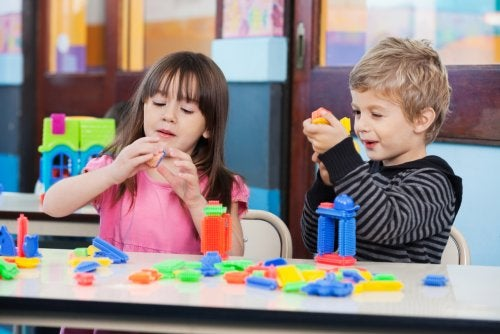 Niños en clase aprendiendo mediante la enseñanza por proyectos.