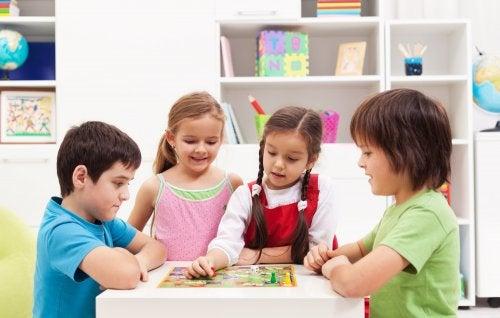 Niños jugando a juegos de mesa educativos.