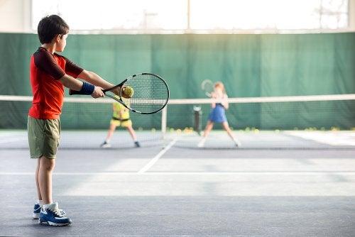 Niños jugando al tenis.