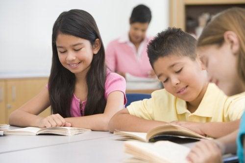 Niños leyendo en clase poniendo en práctica algunas de las actividades para fomentar la lectura.