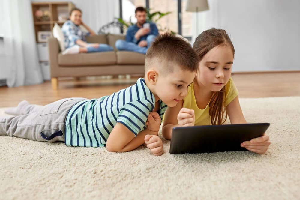 Niños con una tablet leyendo libros en Weeblebooks.