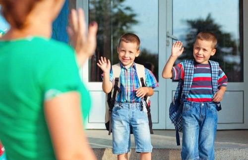 Niños yendo al colegio y despidiéndose de su madre.