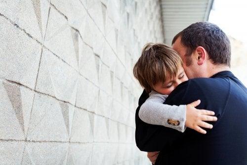 Padre abraza a su hijo porque se va a vivir al extranjero y tiene la custodia compartida.
