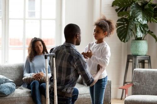 Padre se despide de su hija tras el divorcio porque se va a vivir al extranjero y no tiene la custodia.