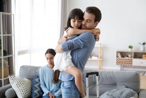 Custodia de los hijos si uno de los cónyuges separados se va al extranjero
