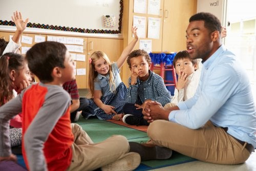 Profesor proponiéndole a sus alumnos algunas tareas multinivel para trabajar en clase.