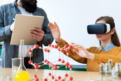 Niña en el aula utilizando la realidad virtual y aumentada con su profesor tomando notas.