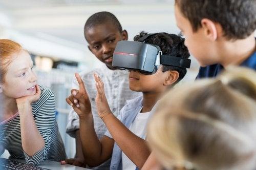 Alumno en clase aprendiendo mediante la realidad virtual y aumentada.