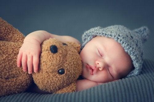 Bebé durmiendo plácidamente junto a su peluche.