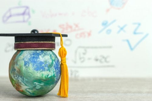 Bola del mundo con un birrete para representar la competencia de aprender a aprender.
