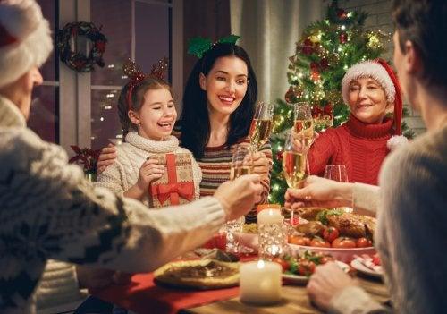 Familia celebrando unas Navidades saludables.