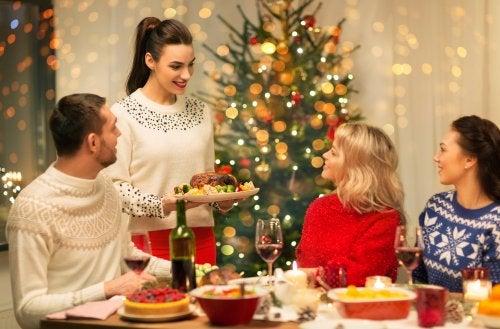 Amigos celebrando unas Navidades saludables.