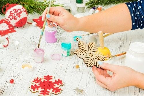 Pintando un copo de nieve para secar las tarjetas de Navidad.