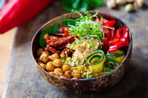 Ensalada vegetariana con legumbres y verduras.