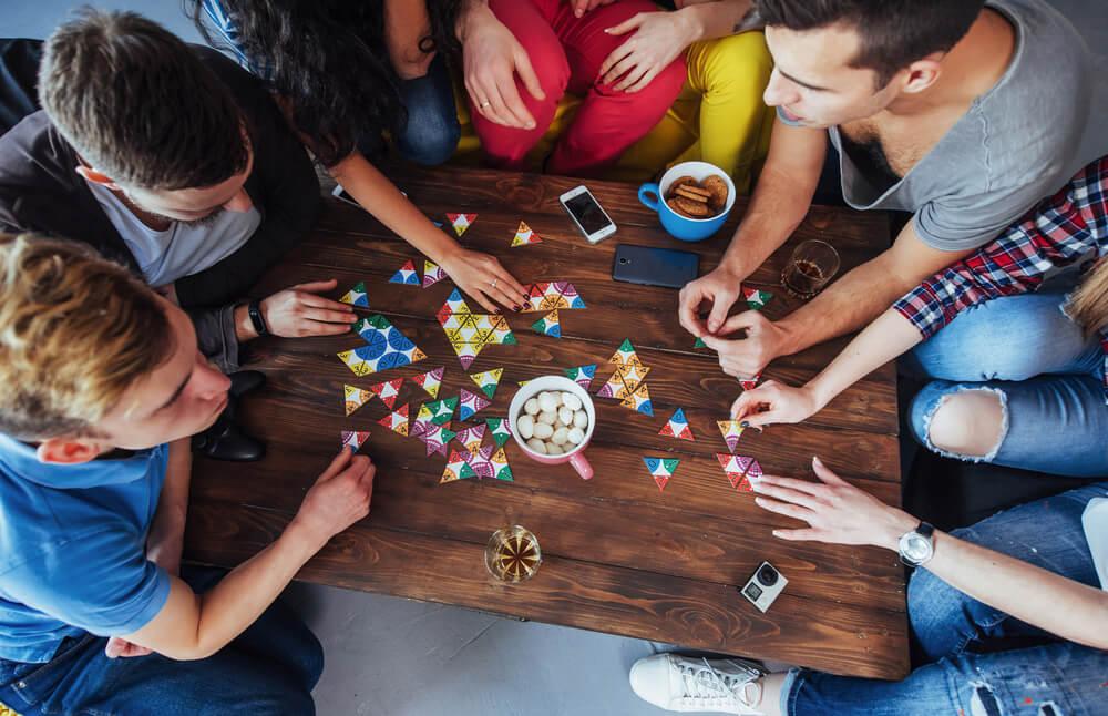 Amis jouant à des jeux de société.
