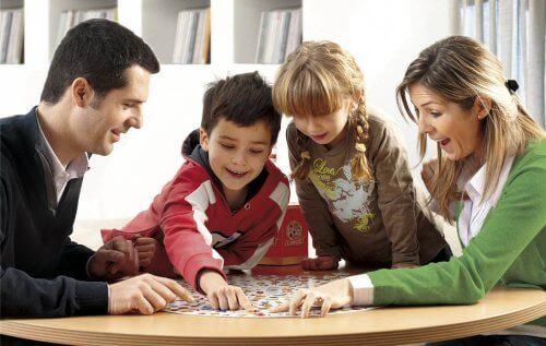 Familia reconstituida jugando a juegos de mesa.