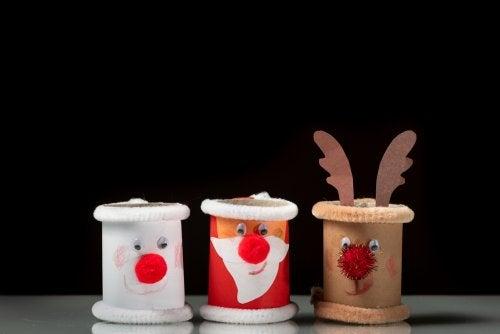 Personajes hechos con rollos de papel, una de las manualidades navideñas que proponemos.
