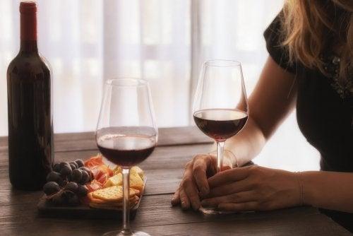Mujer bebiendo de forma responsable una copa de vino.