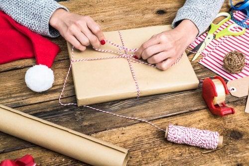 Mujer envolviendo libros infantiles para regalar en Navidad.