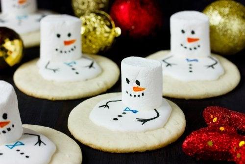 Muñecos de nieve como uno de los aperitivos navideños para niños.