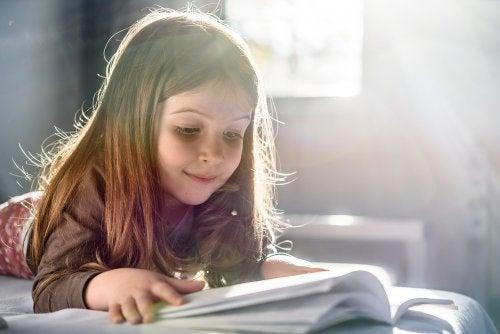 Niña leyendo un libro infantil sobre la discapacidad.