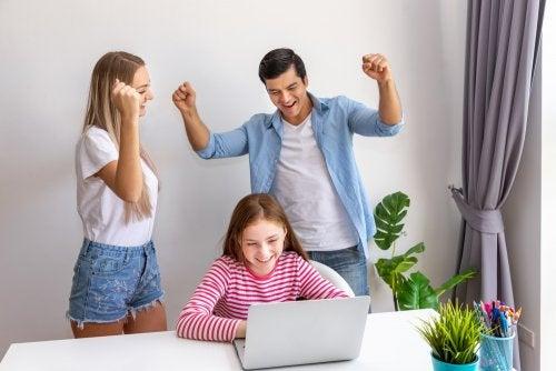 Padres motivando a su hija para que se cumplan sus sueños.