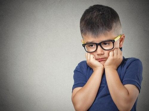 Niño con trastorno de ansiedad generalizada.