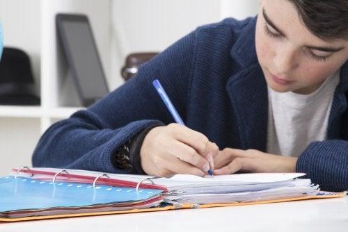 Niño estudiando mediante la técnica de hacer resúmenes.